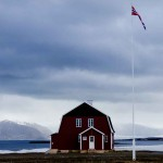 house_and_flag_Ny_Alesund-web