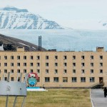 sascha_and_the_birdhouse_pyramiden-web